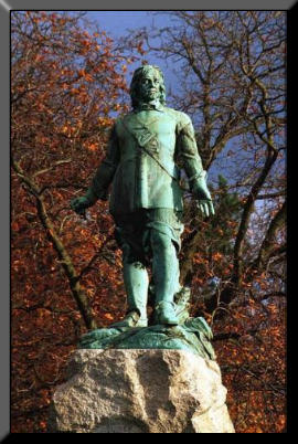 Picture of Cromwell'e statue in Manchester